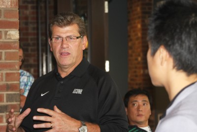 Coach Geno Auriemma welcomes the Chinese delegation to his restaurant and shared stories about his time with China's national basketball teams.