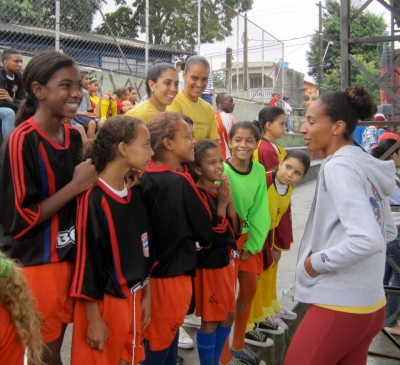 A Guerrieras Project volunteer and soccer athlete works with students in Brazil.